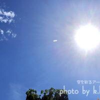 天空に白っぽい飛行物体 空を彩るアートグラフィ